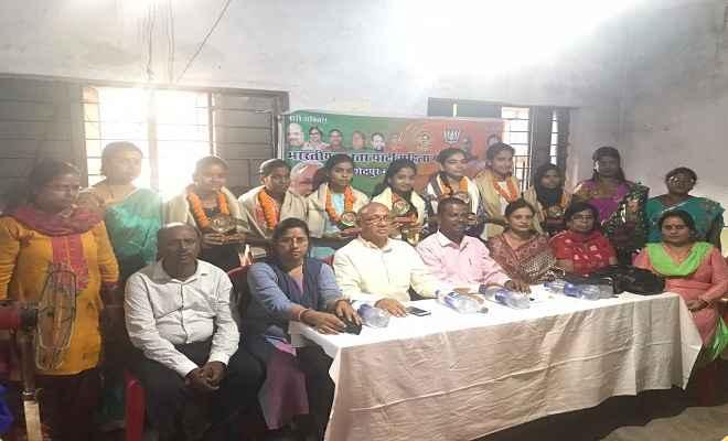 भाजपा महिला मोर्चा ने रानी लक्ष्मीबाई को नमन कर मेधावी छात्राओं को किया सम्मानित