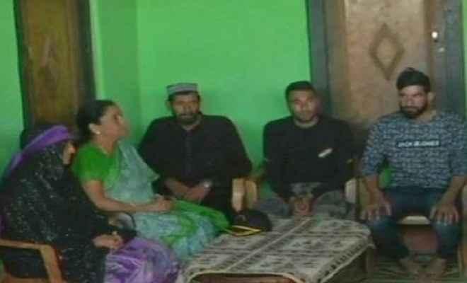 शहीद औरंगजेब के घर पहुंचीं रक्षामंत्री, परिजनों से मिलीं