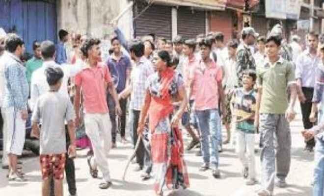 आक्रोशित ग्रामीणों ने पुलिस पर किया हमला, दौड़ा-दौड़ाकर पीटा
