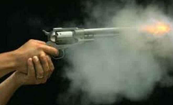 स्टेशन मास्टर के केबिन में घुस कर अपराधियों ने मारी गोली
