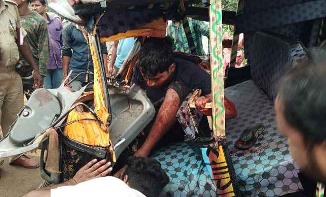 गुमला में ट्रक ने ऑटो को मारी सीधी टक्कर, तीन की मौत, 6 घायल