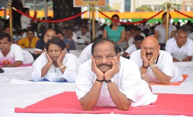 मुख्यमंत्री रघुवर दास ने हजारों लोगों के साथ किया योग