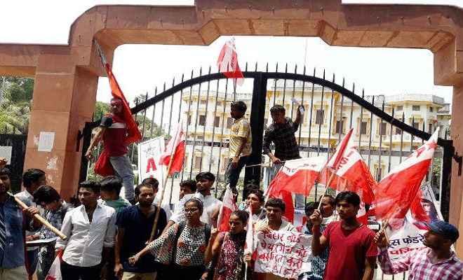 दोषपूर्ण परीक्षा परिणाम के खिलाफ इंटरमीडिएट के छात्रों ने किया बिहार बोर्ड के सामने हंगामा