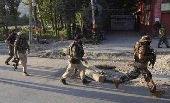 जम्मू-कश्मीर: त्राल में सुरक्षाबलों पर आतंकी हमला, दस जवान घायल