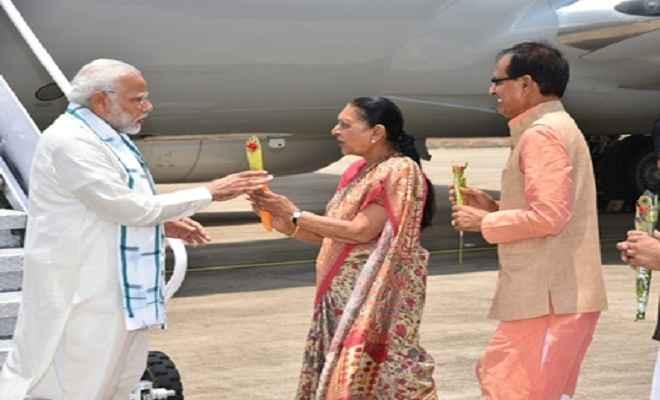 राजगढ़ पहुंचे प्रधानमंत्री मोदी, एयरपोर्ट पर भव्य स्वागत