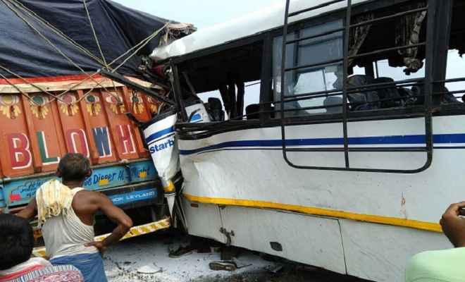 बस की ट्रक से जोरदार टक्कर, एक की मौके पर मौत