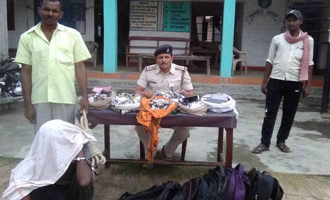 मोतिहारी में चोरी की 322 ब्रांडेड घड़िया व ओपो-विवो का 21 माेबाइल जब्त, एक गिरफ्तार, चौकीदार पुत्र सहित अन्य पांच फरार