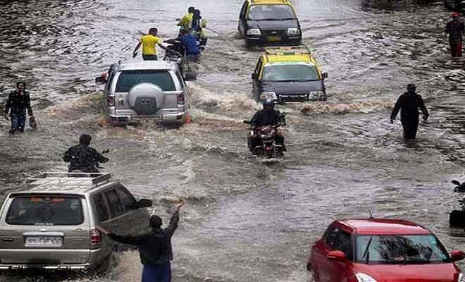 मुंबई में भारी बारिश, जलमग्न हुआ शहर
