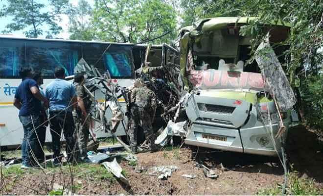 मनिका में झारखंड द्रुतगामी एसी बस और दीप ज्योति बस की सीधी टक्कर, 2 की मौत, दर्जनों घायल