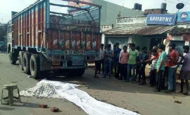ट्रक ने महिला को कुचला, लोगों ने सड़क पर लगाया जाम