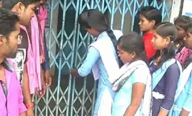 स्कूल में दो साल से शिक्षक नहीं, गुस्साए ग्रामीणों ने लगाया ताला