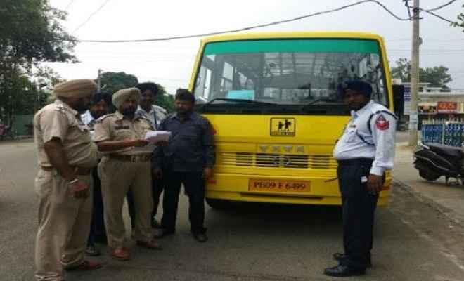ट्रैफिक पुलिस ने की स्कूल बसों की जांच, 14 के काटे चालान