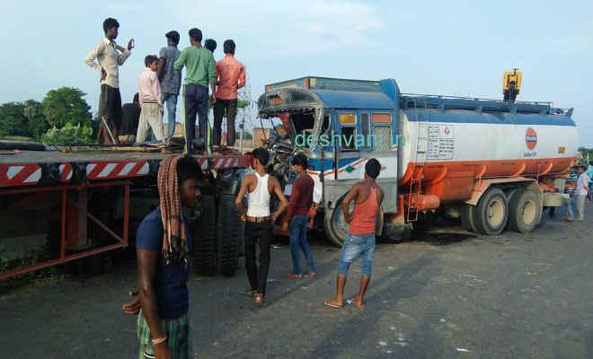 मोतिहारी के पीपराकोठी में कंटेनर व डीजल टैंकर में जोरदार टक्कर, इंजन पुल के नीचे गिरा, तीन घायल