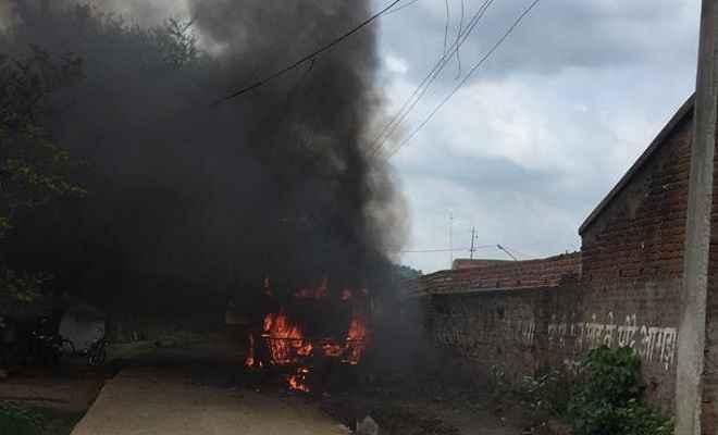 यात्रियों से भरी बस जलकर खाक, खलासी जिंदा जला