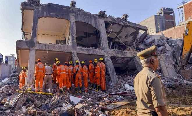 ग्रेटर नोएडा इमारत हादसा: मृतकों की संख्या बढ़कर पहुंची 9, तीन लोग गिरफ्तार