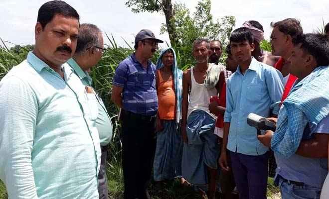 सुगौली चीनी मिल के अधिकारी व वैज्ञानिक मिले तुरकौलिया के गन्ना किसानों से