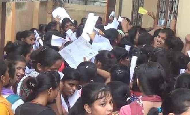 महिला कॉलेज में छात्राओं का हंगामा, कॉलेज प्रशासन पर लगाया अनियमितता का आरोप