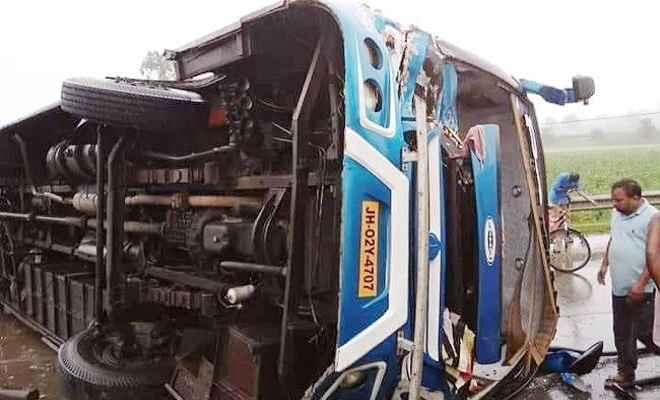 कोलकाता से बरही जा रही पम्मी बस दुर्घटनाग्रस्त, ट्रक को टक्कर मारने के बाद पलटी
