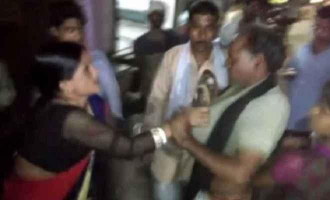 मप्रः छेड़छाड़ से परेशान महिला ने मनचले की चप्पलों से की पिटाई
