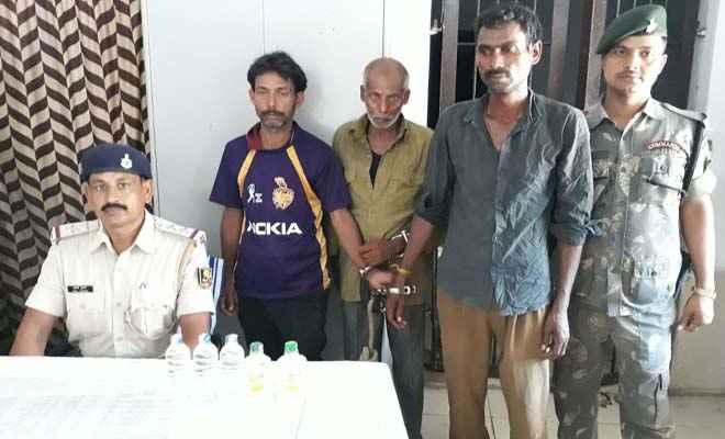 रक्सौल रेल पुलिस ने शराब रखने के आरोप में तीन को गिरफ्तार किया