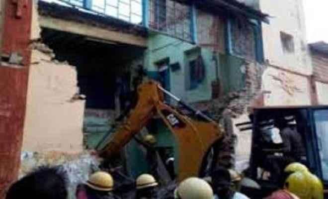 दिल्ली में गिरी बिल्डिंग की छत, 2 की मौत, तीन बच्चे घायल