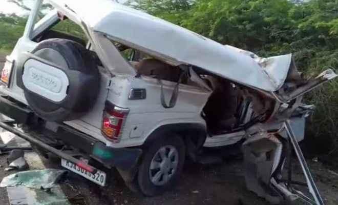 ट्रक और बोलेरो में भीषण टक्कर, पांच की मौत