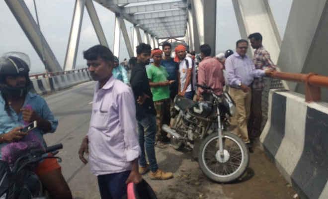 जेपी सेतु पर टेम्पो दुर्घटना में फल व्यवसायी नदी में गिरा, खोजने में लगी एसडीआरएफ टीम