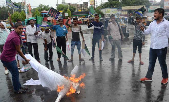 मुजफ्फरपुर दुष्कर्म मामले में जनतांत्रिक विकास पार्टी ने फूंका नीतीश कुमार का पुतला