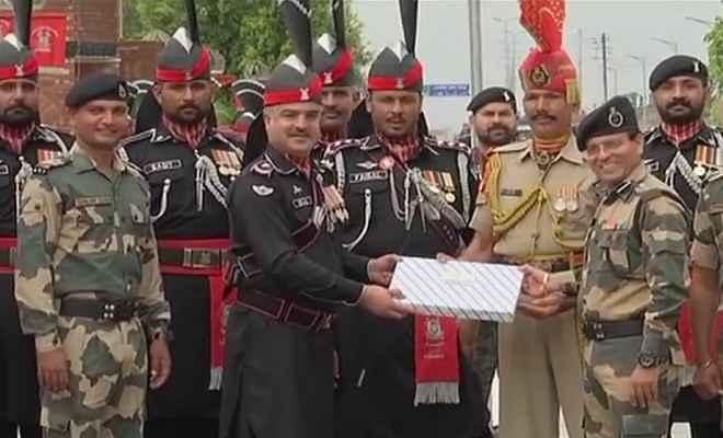 पाकिस्तान ने स्वतंत्रता दिवस के मौके पर अटारी-वाघा बॉर्डर पर भारतीय सैनिकों को दी मिठाई