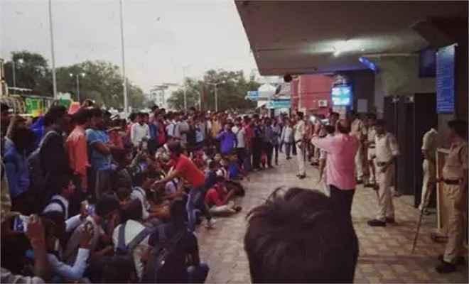 बिहारी छात्रों की पिटाई का मामला : रेलवे ने माफीनामा लिखवाकर विशेष ट्रेन से किया रवाना