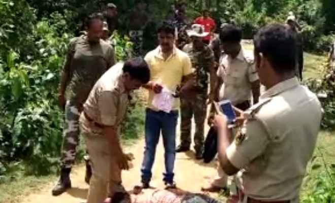 नक्सलियों ने हत्या कर शव के नीचे किया था बम प्लांट, 6 पुलिसकर्मी घायल