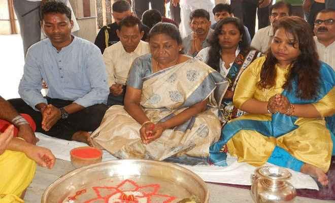 राज्यपाल द्रौपदी मुर्मू ने राज्य की सुख शांति के लिए बाबा मंदिर में किया जलाभिषेक