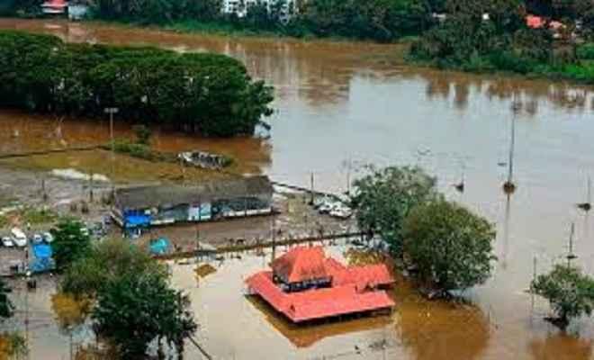 केरल में बाढ़: पानी तो बह गया, लेकिन पीछे छोड़ गया मुसीबतों का अंबार
