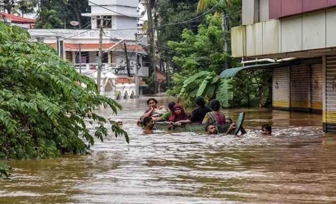 केरल में बाढ़ का कहर जारी, देवदूत बन लोगों की जिंदगियां बचा रहे मछुआरे