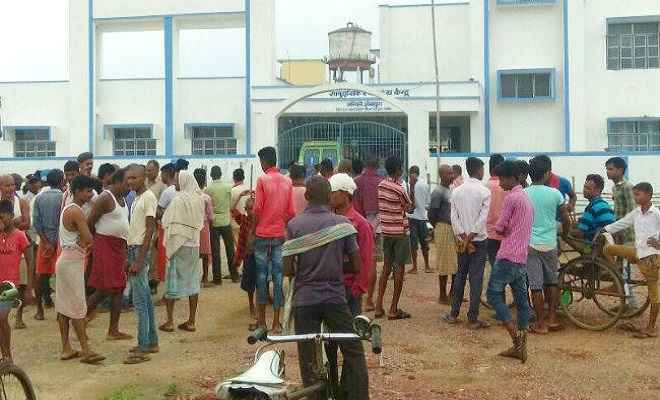 बिहार: चिकित्सक और कर्मी के अभाव में घायल का नहीं हो सका इलाज, अस्पताल के दरवाजे पर ही मरीज की हुई मौत