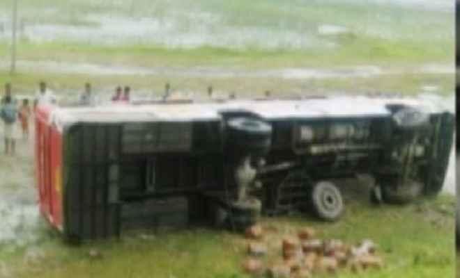 यात्रियों से भरी बस खाई में पलटी, एक लड़की की मौत