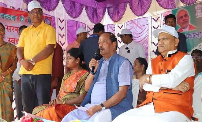 प्रधानमंत्री मोदी के जन्मदिन पर रघुवर दास ने मजदूरों और सफाईकर्मियों को दिया तोहफा