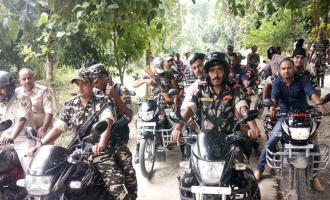 मुहर्रम को ले डीएम व एसपी ने मोतिहारी के रघुनाथपुर में किया फ्लैग मार्च