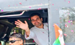 बस के अंदर बैठे हैं राहुल गांधी, कार्यकर्ताओं के हुजूम से पटा रोड शो