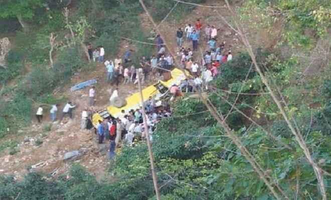 हिमाचल प्रदेश के सिरमौर में बस खाई में गिरी, पांच छात्रों समेत 6 की मौत