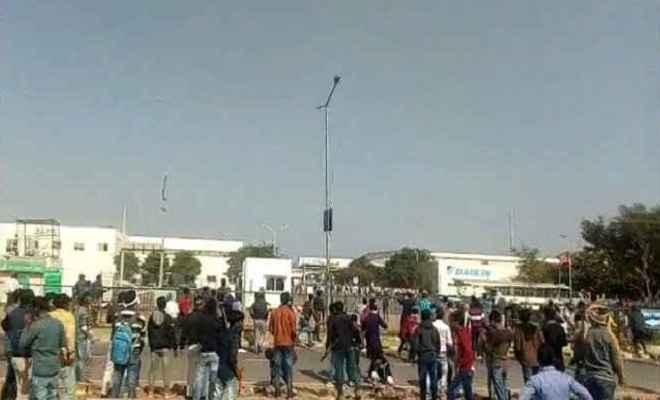 राजस्थान: नीमराणा में हड़ताली मजदूरों का उग्र प्रदर्शन, लाठीचार्ज होने पर पथराव और तोड़फोड़
