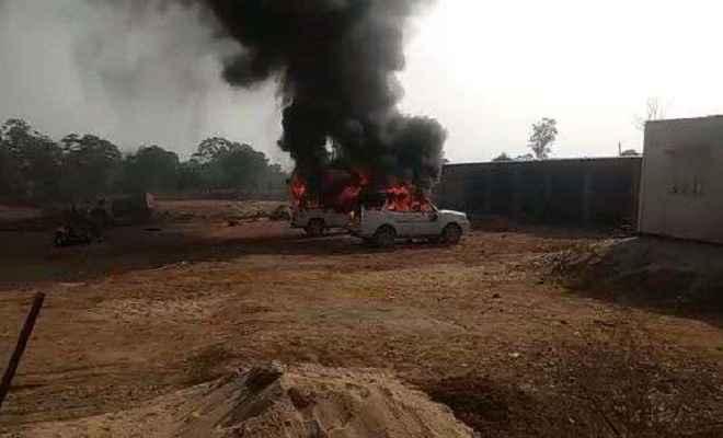 बेलगाम बालू ठेकेदारों पर भड़के सैकड़ों ग्रामीण, सोनभद्र में कई गाड़ियों में लगाई आग