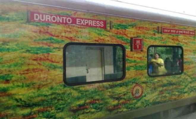 दूरंतो एक्सप्रेस में लूटपाट, यात्रियों के कैश, मोबाइल लेकर भागे बदमाश