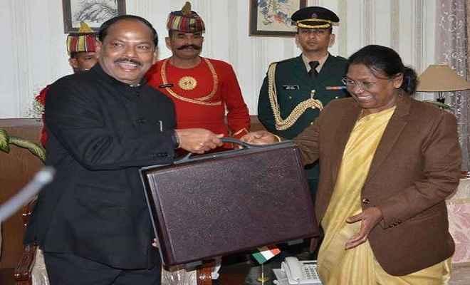 सीएम रघुवर ने राज्यपाल को सौंपी बजट की प्रति, आठवीं बार बजट पेश कर रचा इतिहास