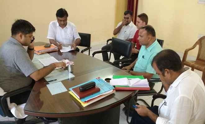 जिलाधिकारी रमण ने स्थानीय प्रशासन के अधिकारियों के साथ दशहरा पर्व लेकर की समीक्षा बैठक, दिए कई निर्देश
