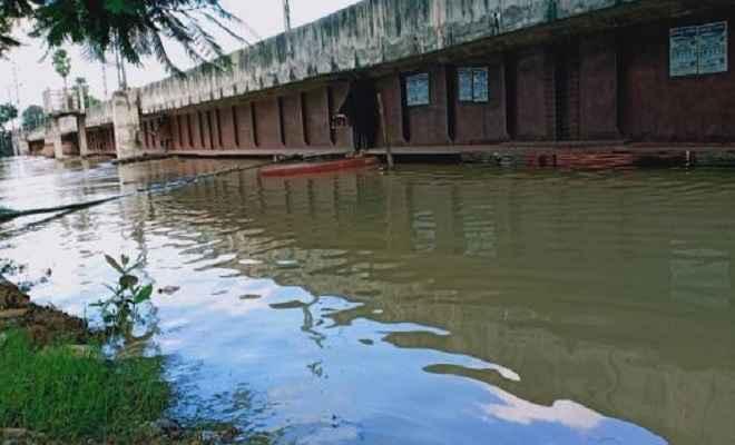 पुनपुन नदी के जलस्तर में वृद्धि होने से रेलवे ट्रैक पर चढा पानी, पटना-गया रेल रूट पर आवाजाही स्थगित
