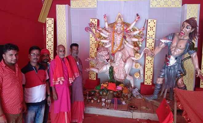 बेल निमंत्रण देने उमड़ी श्रद्धालुओं की भीड़, पंडालों में खुला मां दुर्गा का पट