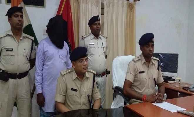 हत्या के आरोपी को श्रीनगर पुलिस ने गुप्त सूचना पर धर दबोचा, अवैध आग्नेयास्त्र भी बरामद