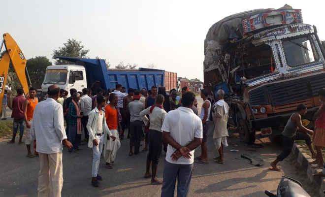 मोतिहारी में डंपर के नीचे काम कर रहे मिस्त्री व बगल में खड़े चालक को ट्रक ने कुचला, दो की मौत, तीन घायल