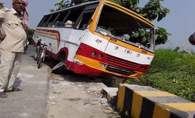 बेतिया-चनपटिया सड़क मार्ग पर बस दुर्घटनाग्रस्त, दर्जनों यात्री घायल